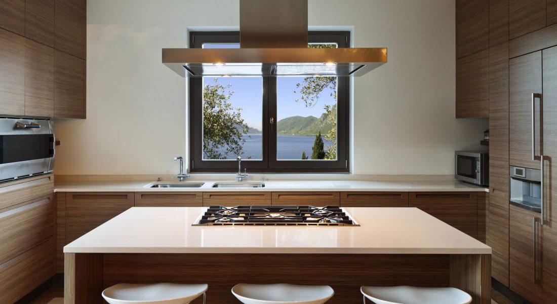 חלון מטבח קטן מעל הכיריים